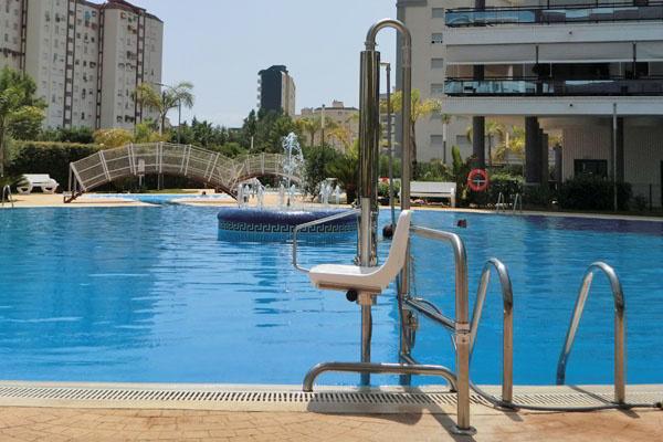 Silla de piscina para discapacitados stairpool for Sillas para piscina